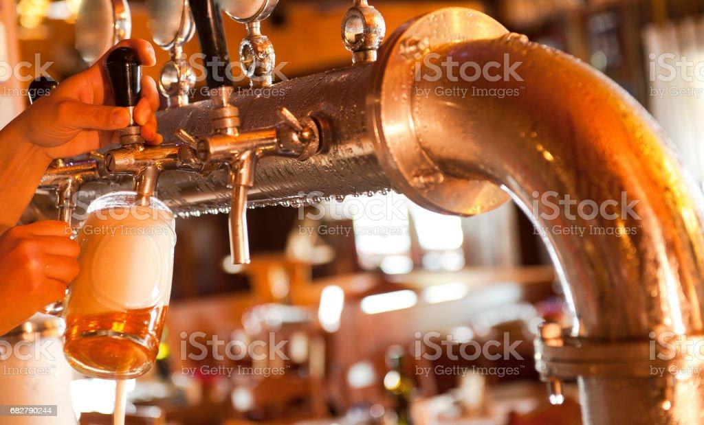Barkeeper Servindo Uma cerveja – Foto