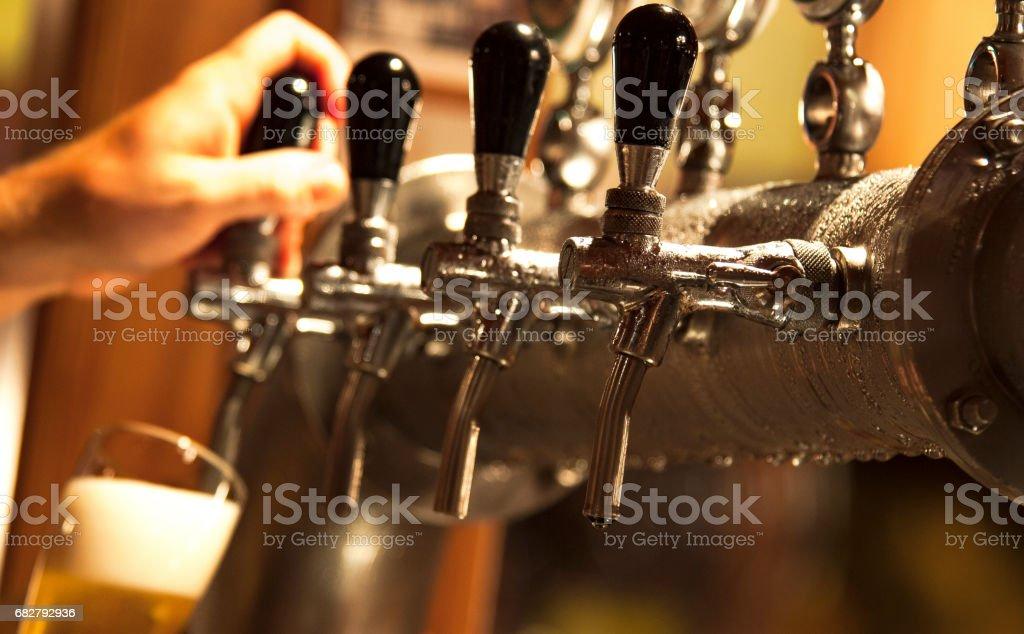 Barman servindo uma cerveja royalty-free stock photo