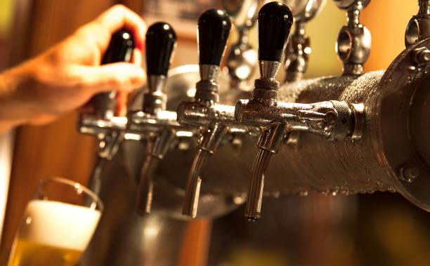 Barman servindo uma cerveja stock photo