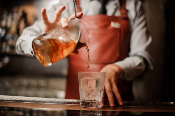 barman es hände in bar interieur macht alkohol cocktail. - pailletten shirt stock-fotos und bilder