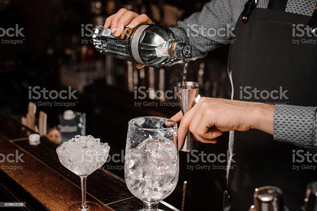 Barmans Hände Gießen alkoholisches Getränk in ein Jigger, bereiten Sie einen frischen cocktail – Foto