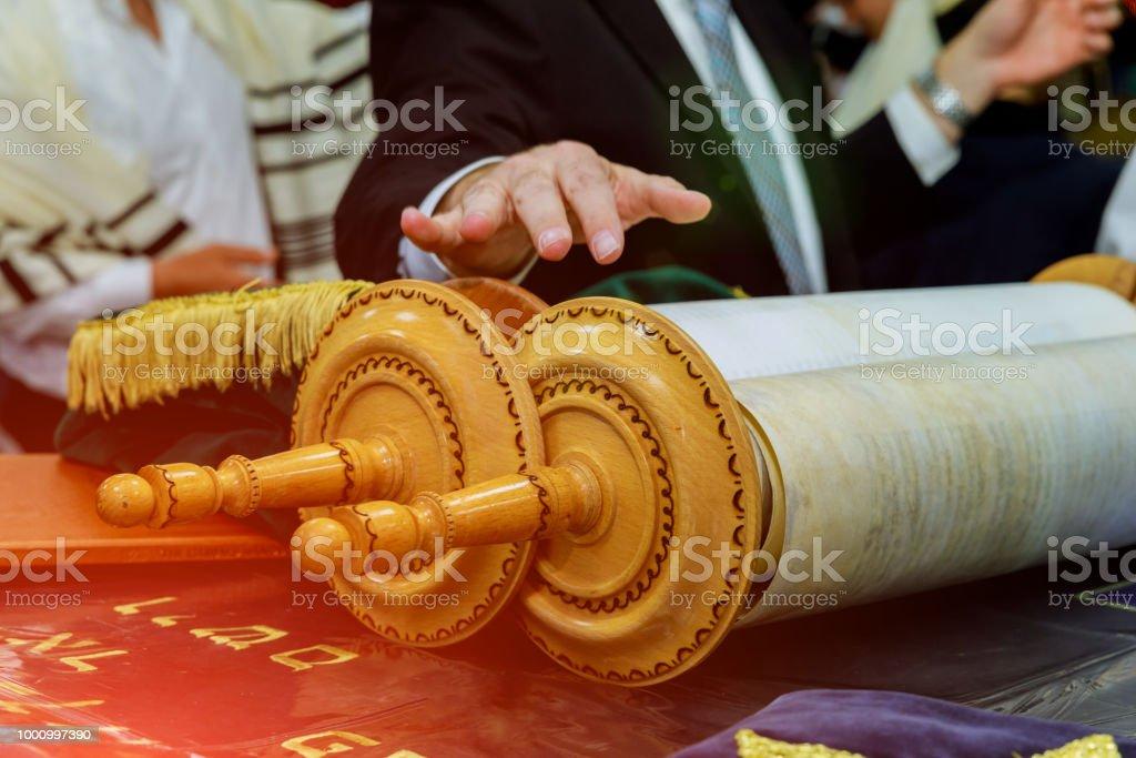 Barmitzvah lectura Torah volutas cerca de Bar Mitzva en la Torá judía - foto de stock