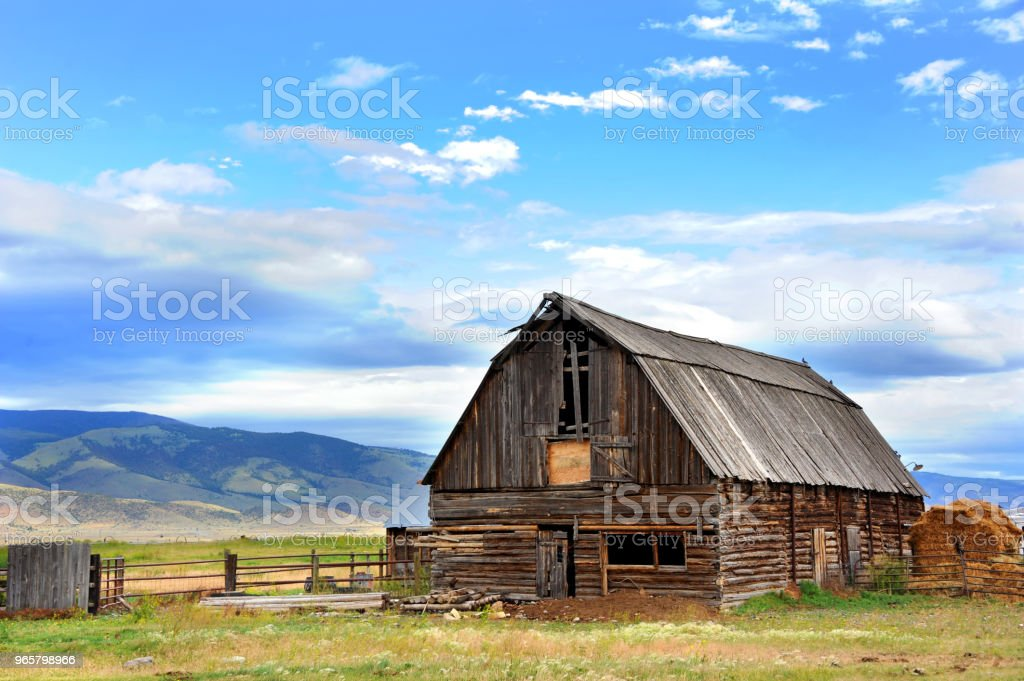 Barn Backed by Mountains - Стоковые фото Амбар роялти-фри