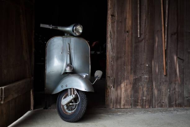 Scheune finden von alten, rostigen italienischen Roller in einer Hütte – Foto