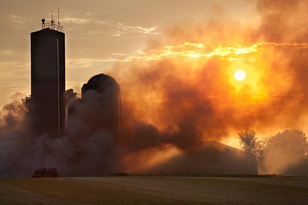 Barn Feuer im Licht des Sonnenuntergangs – Foto
