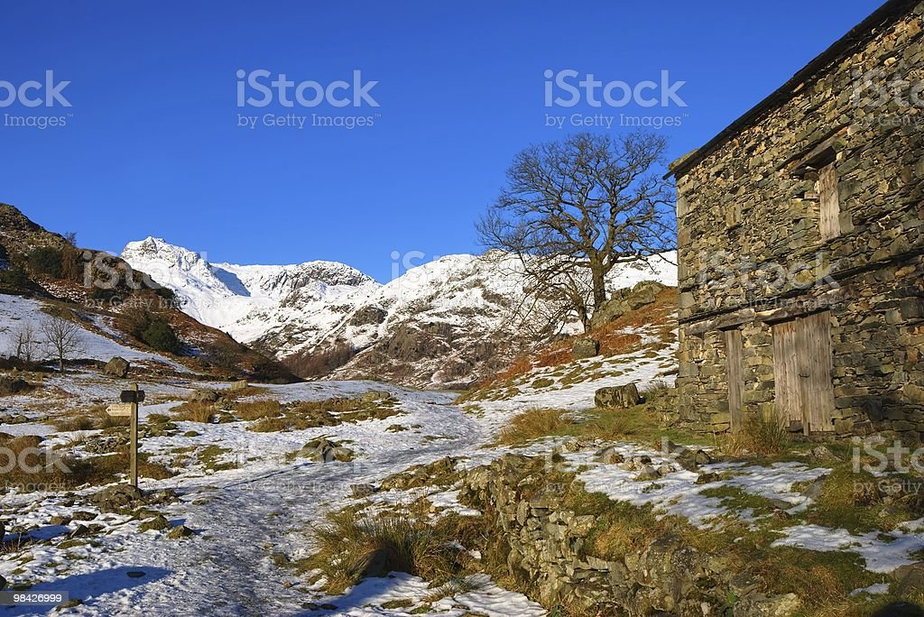 Fienile in campagna invernale foto stock royalty-free