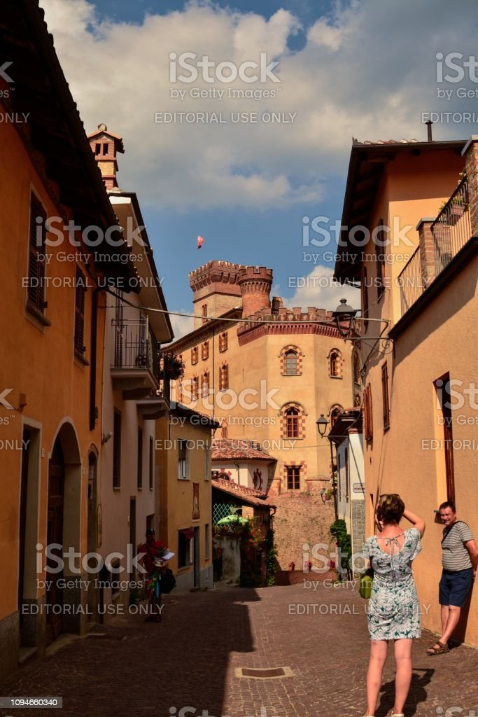 Barolo, province of Cuneo, Piedmont, Italy. July 2018. The alleys of the old town. - foto stock