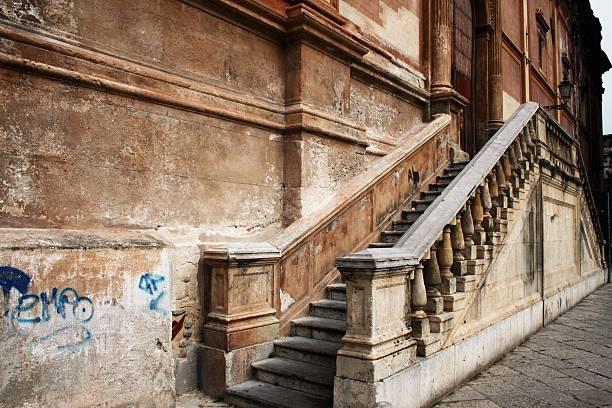 barocke treppe - wandleuchte treppenhaus stock-fotos und bilder