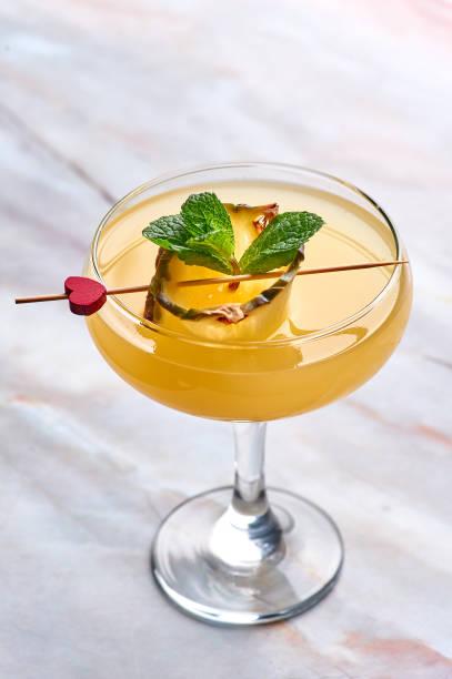 Barracuda-é cocktail New era drinks. bebida alaranjada do álcool no fundo de mármore branco - foto de acervo