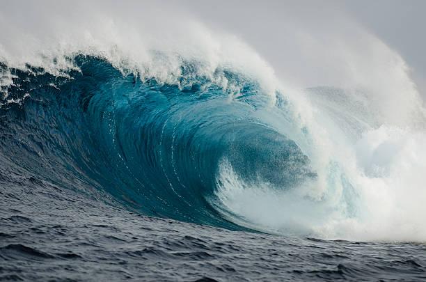 barrelling wave - dalga stok fotoğraflar ve resimler