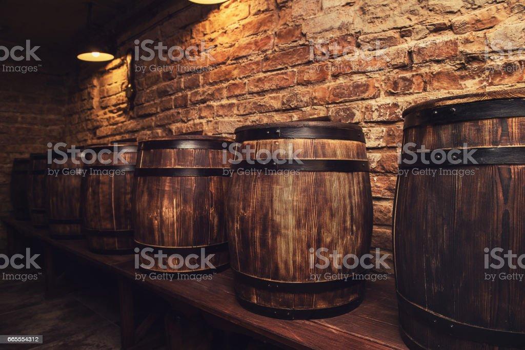 Fässer im Weinkeller – Foto