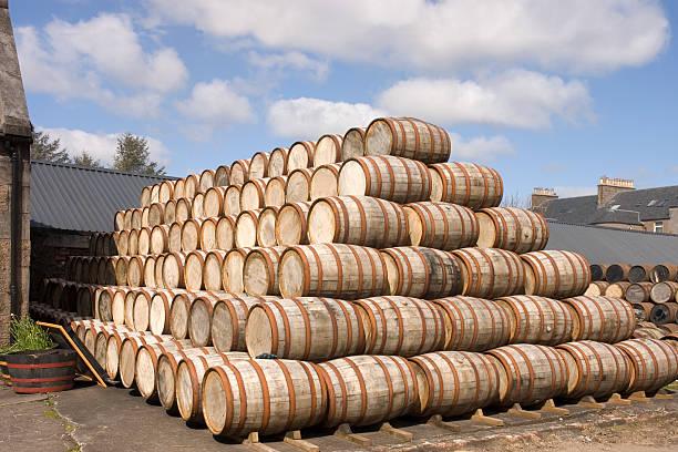 barrel liegen in der schnapsbrennerei - jeff wood stock-fotos und bilder