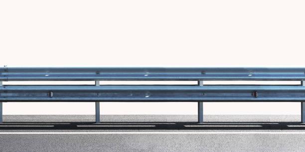 barriere, entworfen, um zu verhindern, dass der ausgang des fahrzeugs aus den bordstein oder brücke, bewegen über die unbefahrbaren. bewachung schiene panorama isoliert auf weißem hintergrund - alu zaun stock-fotos und bilder