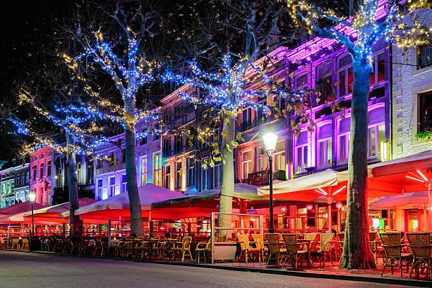 bars and restaurants with christmas lights in maastricht - maastricht stockfoto's en -beelden