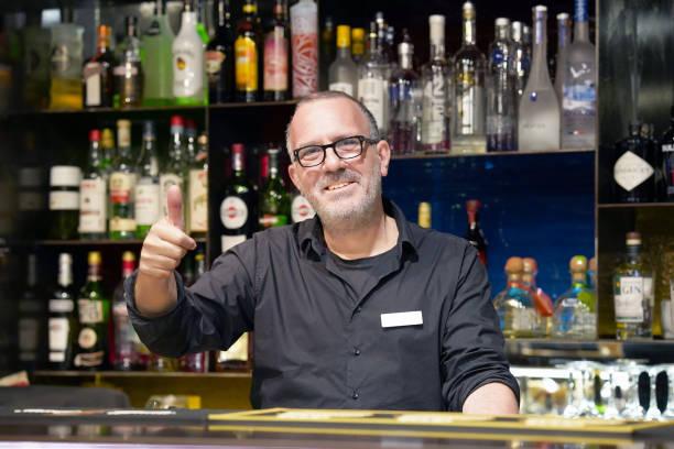 Bartender Arm zeigen OK – Foto