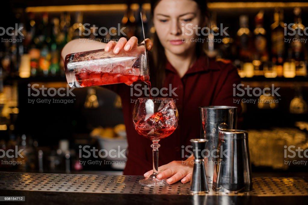 Gießen von einem hellen Rot Cocktail Barkeeper-Mädchen – Foto
