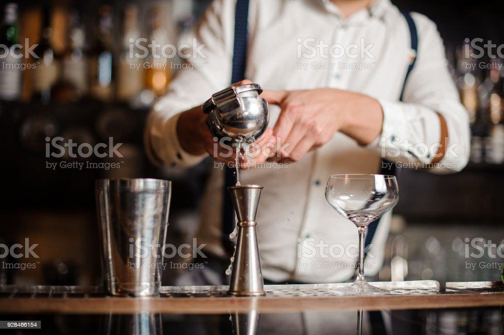 Barkeeper im weißen Hemd machen cocktail – Foto
