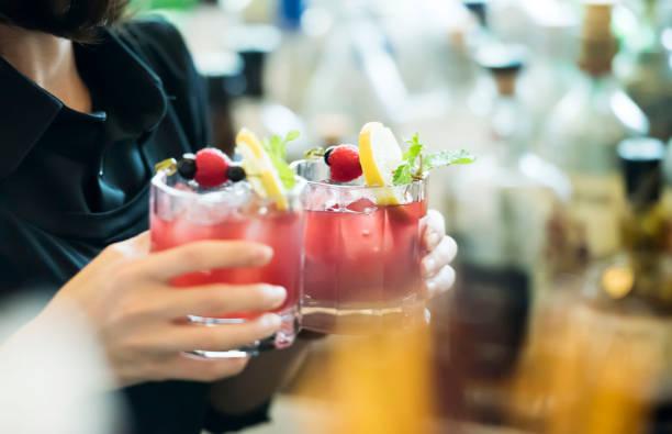 Barkeeper hält Cocktails in ihren Händen – Foto