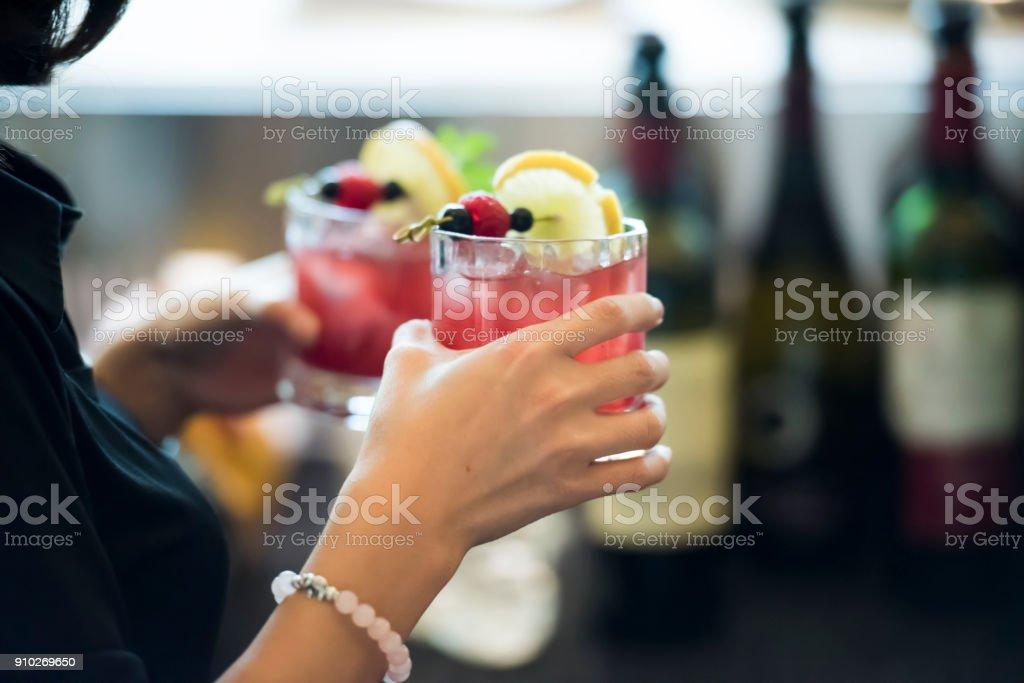 Barkeeper hält Gläser mit Alkohol – Foto