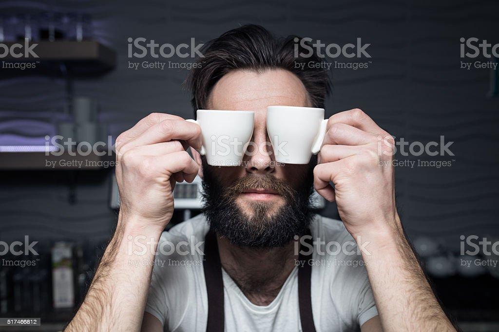 Camarero le tazas de café cerca de la cara; - foto de stock