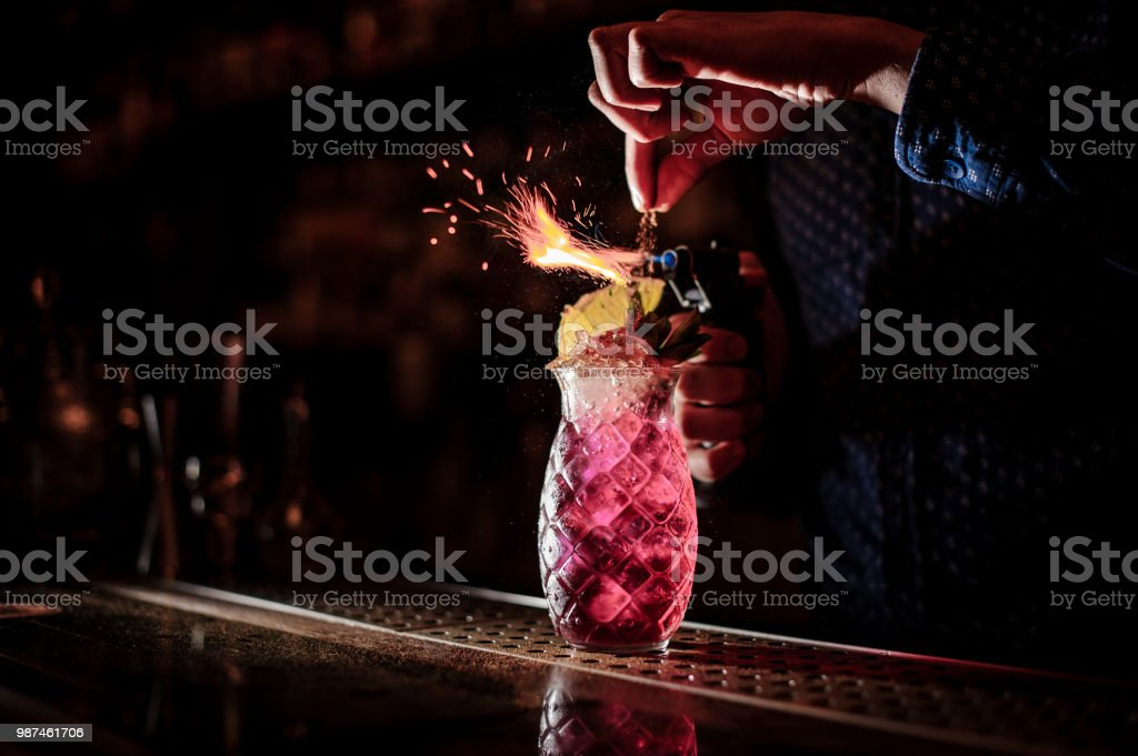 Barkeeper machen einen süßen und frischen Erdbeer Mojito Sommer cocktail mit Rauch Hinweis auf dem dunklen Hintergrund – Foto