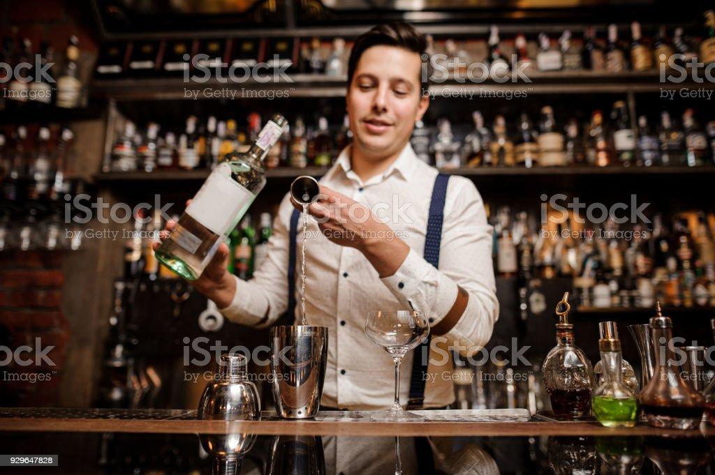 Barkeeper ausgefallene Glas frischen Cocktail herein – Foto