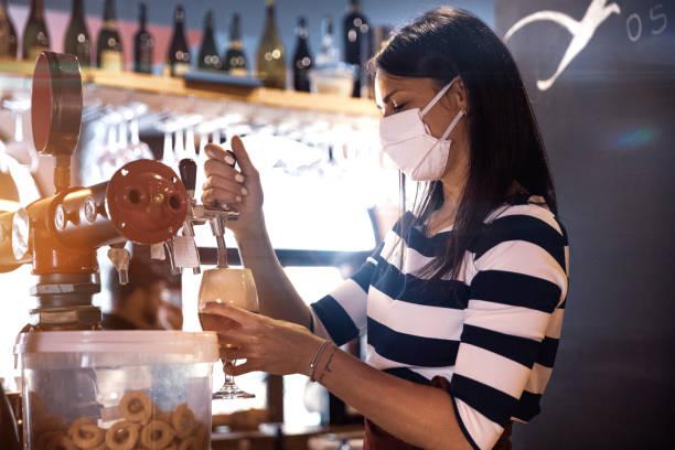 酒保在酒吧供應新鮮啤酒 - small business saturday 個照片及圖片檔