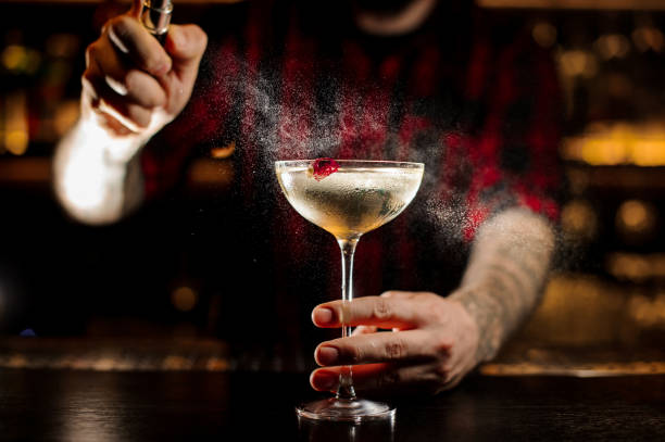 바텐더 칵테일 바에서 맛 있는 반짝임에 살포 - bartender 뉴스 사진 이미지