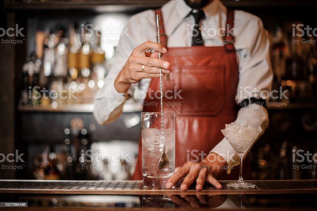 Rühren einen Eiswürfel in den Cocktail Barkeeper – Foto