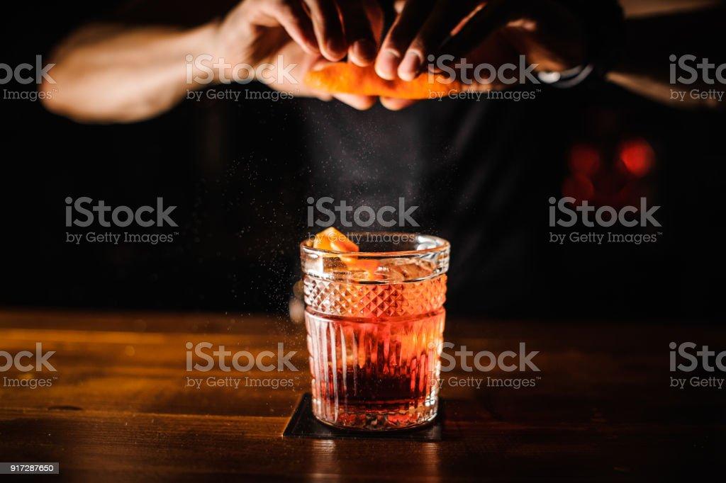Barkeeper mit cocktail und Orangenschale Vorbereitung auf cocktail-bar – Foto