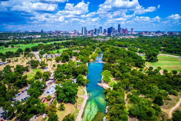 barton springs paradis dans la ville capitale de austin texas - source naturelle photos et images de collection