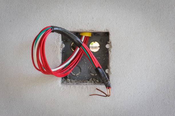 base steckdosen in baustellen. - kabelkanal weiß stock-fotos und bilder