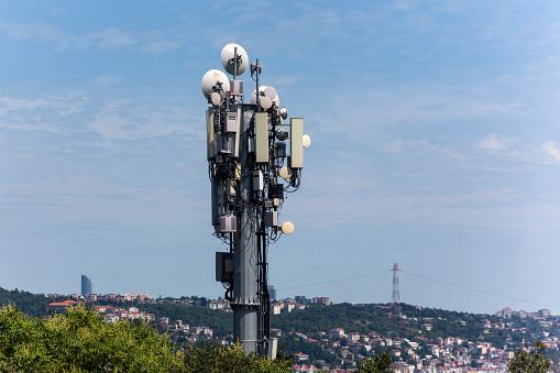 Gsm Base Station With Many Broadcast Antenna In Istanbul Turkey - Fotografie stock e altre immagini di Affari finanza e industria