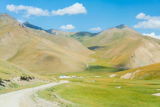 een basis yurts kamp in de buurt van tash rabat in kirgizië - karavanserai stockfoto's en -beelden