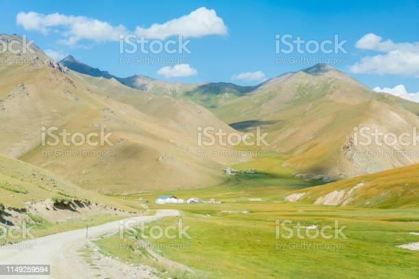 Een Basis Yurts Kamp In De Buurt Van Tash Rabat In Kirgizië Stockfoto en meer beelden van Achtergrond - Thema
