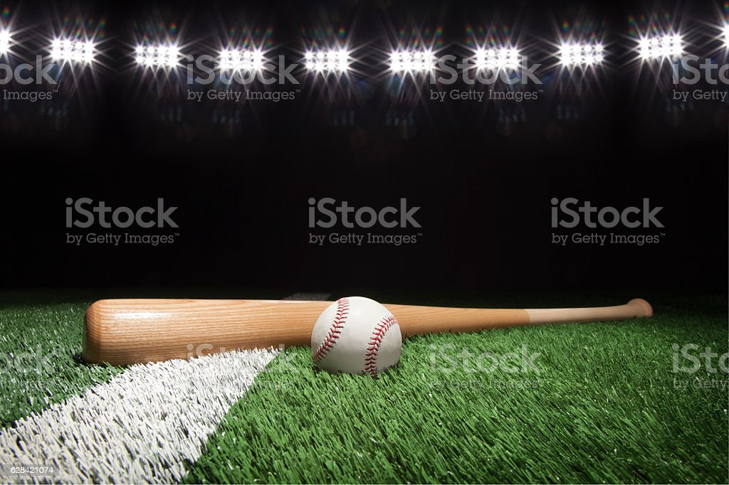 Baseball and bat at night under stadium lights - foto de acervo