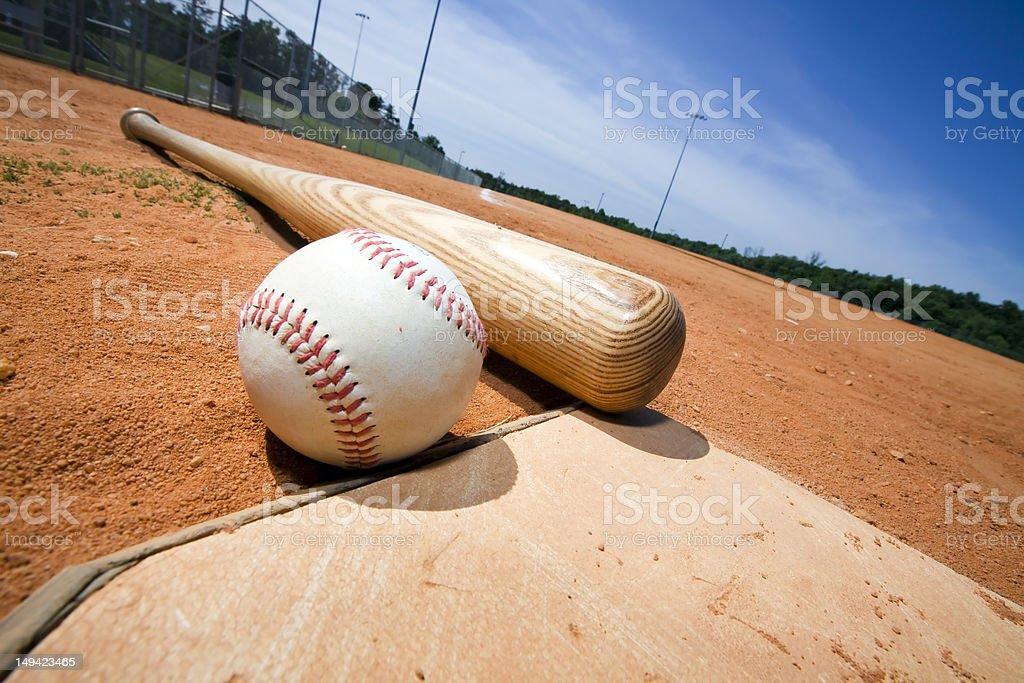 Béisbol y Bat en placa de inicio - foto de stock