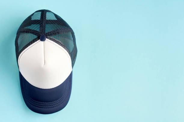 Baseballpet op blauwe achtergrond compositie. Platte lay foto