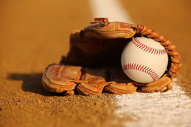 Dans un gant de base-ball au d'avant-champ et - Photo