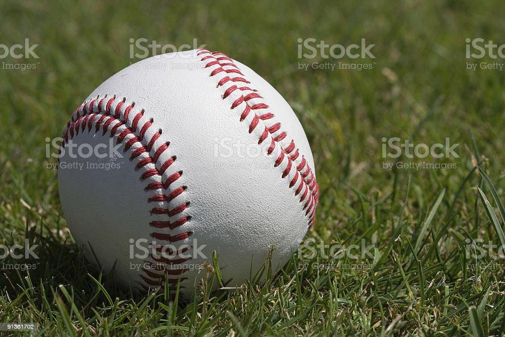 Beisebol na relva - fotografia de stock