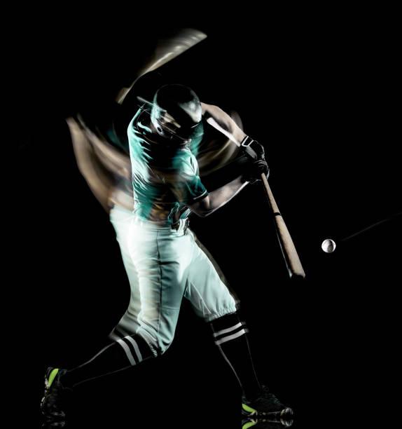 Baseballspieler Mann isoliert schwarze Hintergrundbeleuchtung – Foto
