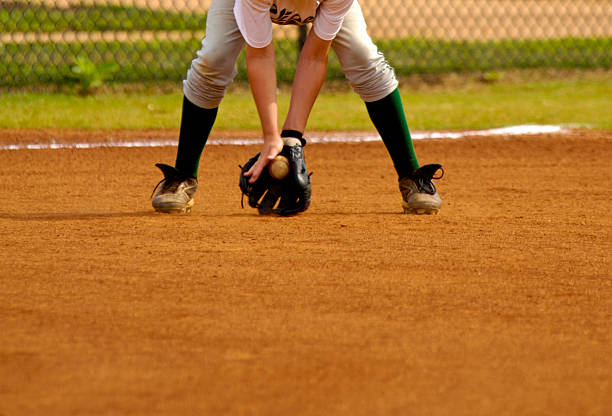 jogador de beisebol tocando ao vivo jogo de beisebol durante o jogo de beisebol - softbol esporte - fotografias e filmes do acervo