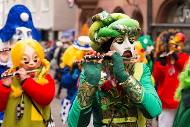 basler karneval 2018 gruppe mit bunten kostümen - fasnacht stock-fotos und bilder