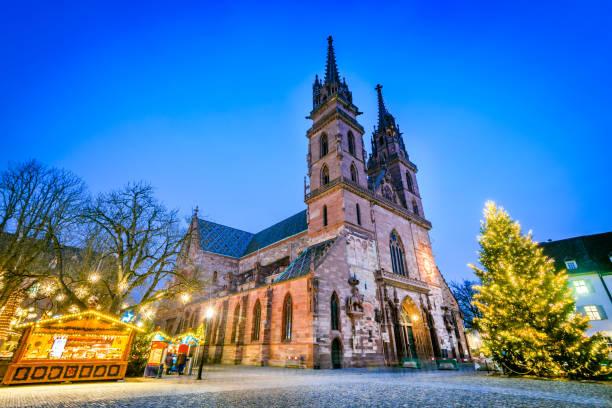 basel, schweiz - münster kathedrale und weihnachtsmarkt - klosterurlaub stock-fotos und bilder