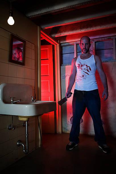Subsolo banheiro com assustador Bloody Killer segurando faca - foto de acervo