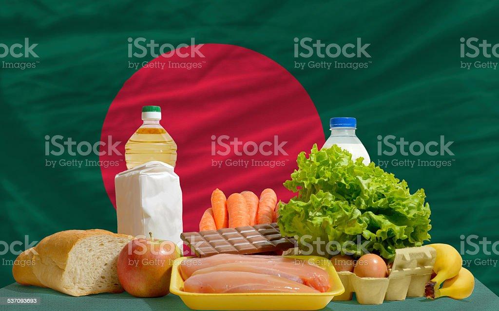 Comida básica de cortesía delante de bangladesh bandera nacional - foto de stock