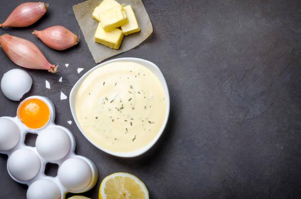 grundlegende französische sauce bearnaise in einer weißen schüssel mit zutaten, b - sauce bernaise stock-fotos und bilder