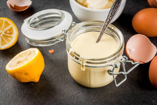 grundlegende sauce hollandaise - sauce hollandaise stock-fotos und bilder