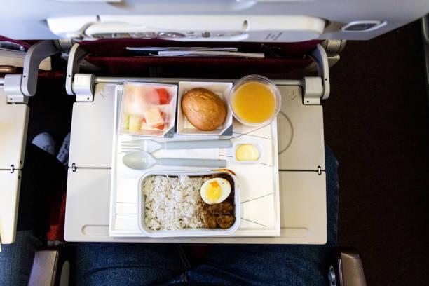 Grundlegende Inflight Mahlzeit aus Reis, Eier, Rindfleisch-Curry, Brot, Saft. – Foto