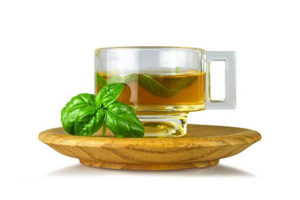 Basilikum-Tee in transparenter Tasse isoliert auf weißem Hintergrund – Foto